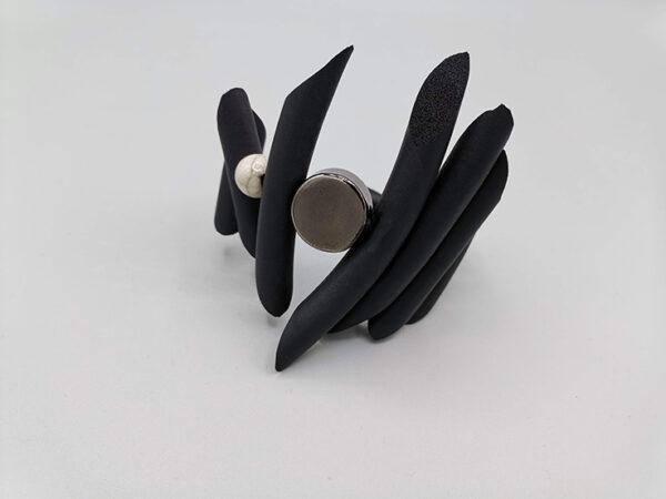 Bracciale con inserto in ceramica.
